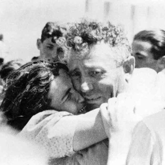 Jewish-husband+wife-reunited-in-Haifa_1946 (1)