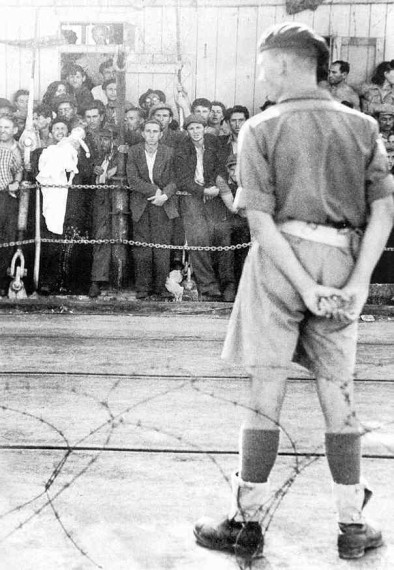 british-soldier-guarding-restricted-jews_haifa