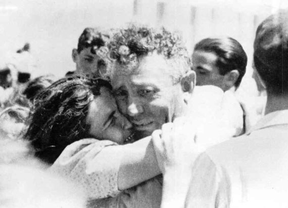Jewish-husband+wife-reunited-in-Haifa_1946