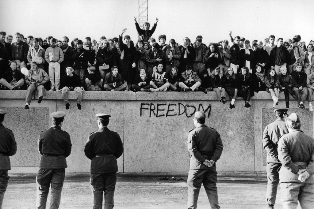 berlin_wall_1989_west_germans_on_the_wall_defying_east_german_guards